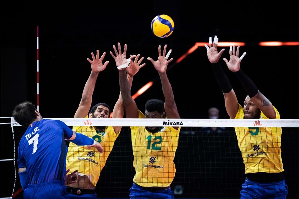 Bloqueio brasileiro contra a França — Foto: Fivb / divulgação
