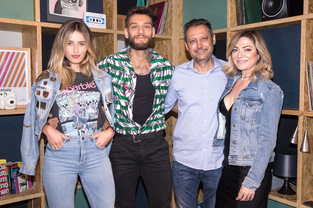 Lucas Lucco com a namorada, Lorena Carvalho, e os pais, Paulinho e Karina — Foto: Celso Tavares/G1