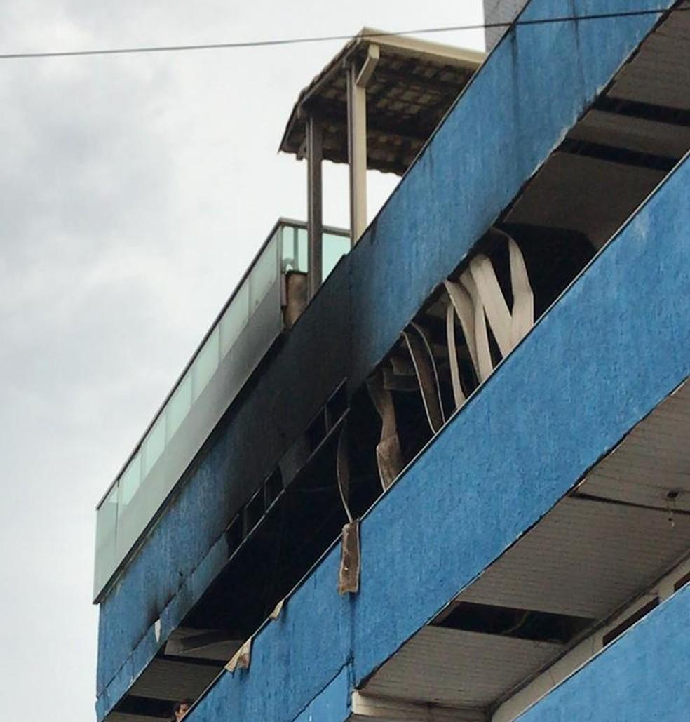 Incêndio no quarto andar de prédio em Vitória — Foto: Leandro Tedesco/ TV Gazeta