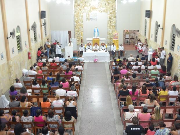 Igreja fica lotada durante missa pelos desempregados (Foto: Maiara Barbosa/ G1)