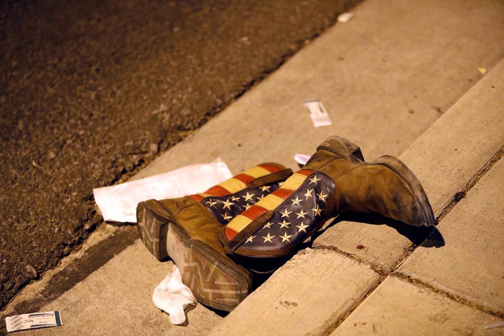 Um par de botas de cowboy são vistas perto do local onde um atirador abriu fogo contra uma multidão em um festival de música country em Las Vegas, nos EUA (Foto: Steve Marcus/Las Vegas Sun/Reuters)