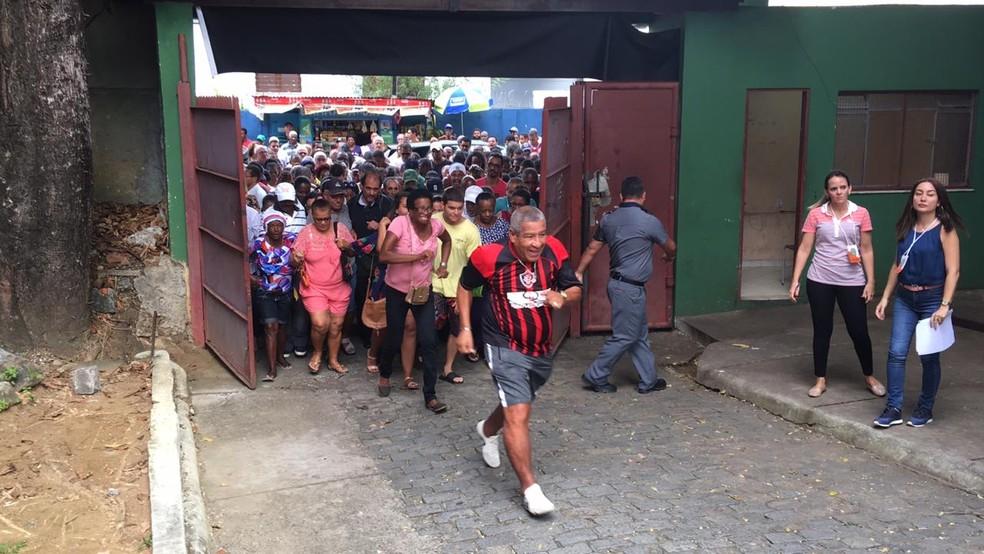 Corrida para entrar no Colégio Luiz Vianna, em Salvador — Foto: Alan Alves/G1