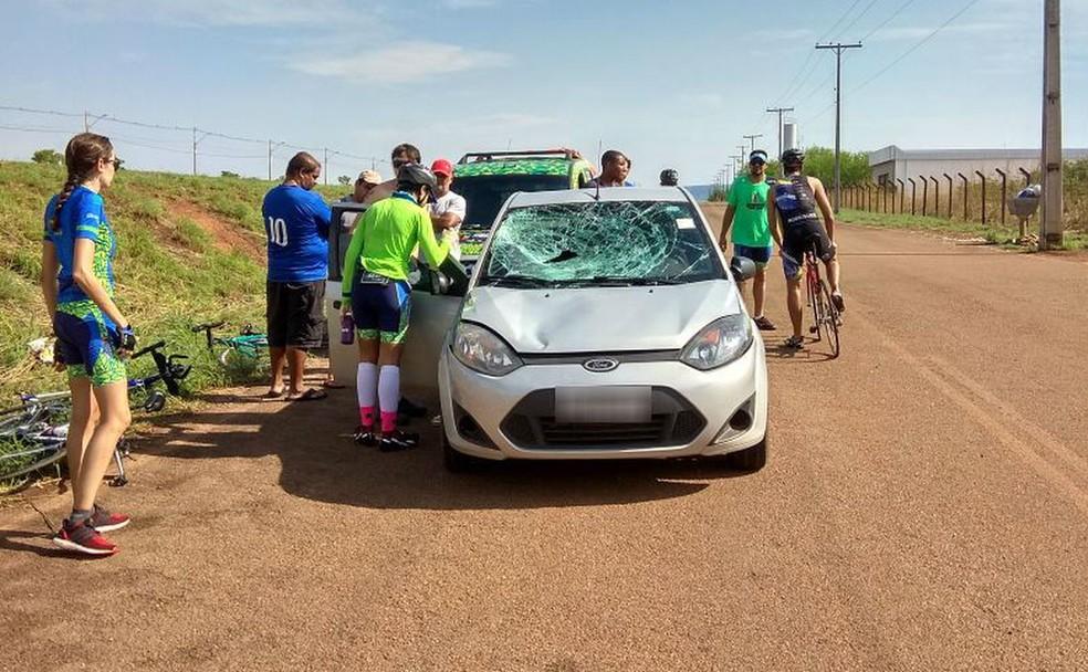 Para-brisas de carro ficou destruído com impacto (Foto: Divulgação)