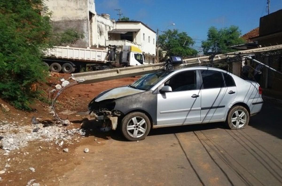 Carro bate em poste em Natividade, RJ, e casas ficam sem fornecimento de energia elétrica