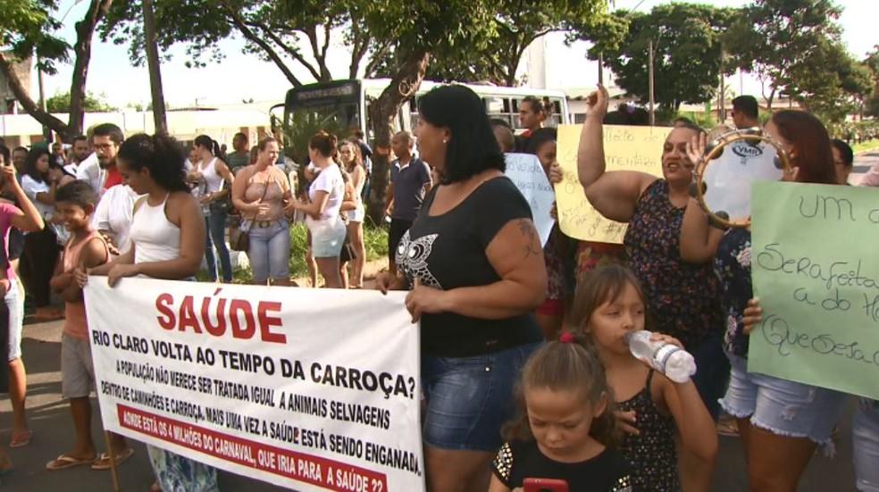Manifestantes pedem mudanças na saúde de Rio Claro após mortes de crianças que passaram por atendimento na UPA (Foto: Marlon Tavoni/EPTV)