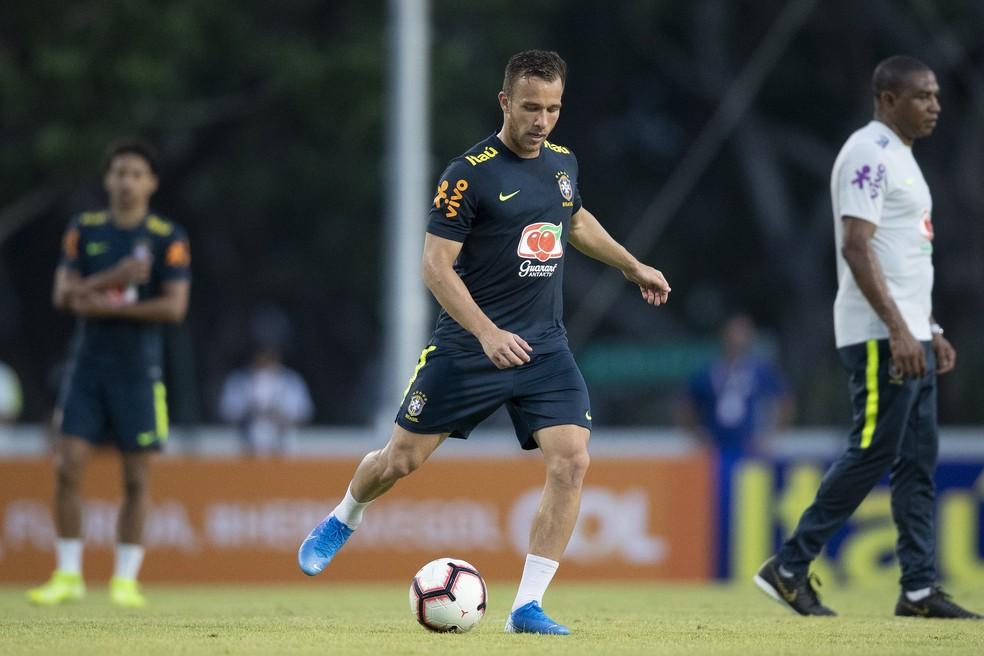 Arthur com a camisa da Seleção — Foto: Lucas Figueiredo/CBF