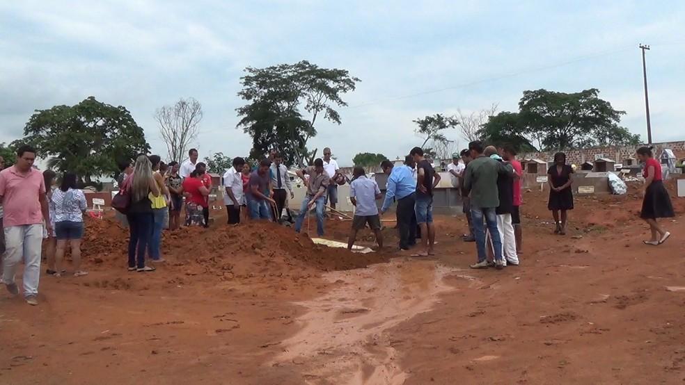 Corpo de Marta Rodrigues, de 28, é sepultado em Jaru.  — Foto: Rinaldo Moreira/G1