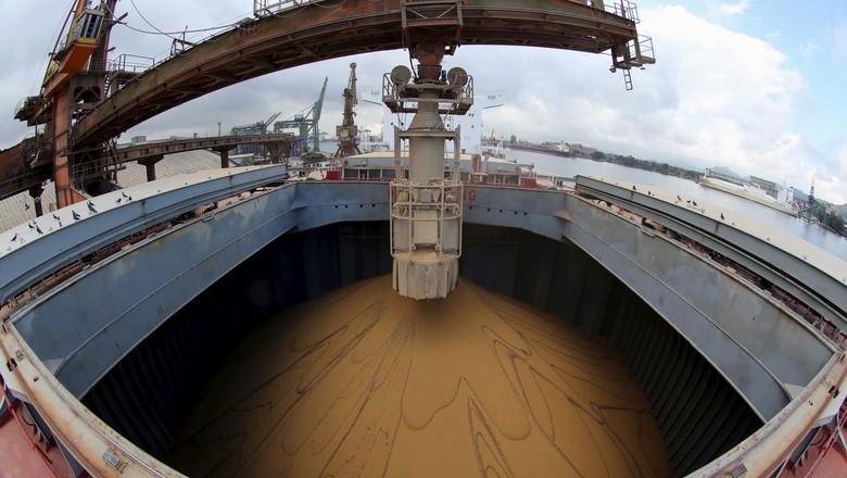 Navio sendo carregado de soja para exportação no Porto de Santos (SP) (Foto: Paulo Whitaker/REUTERS)