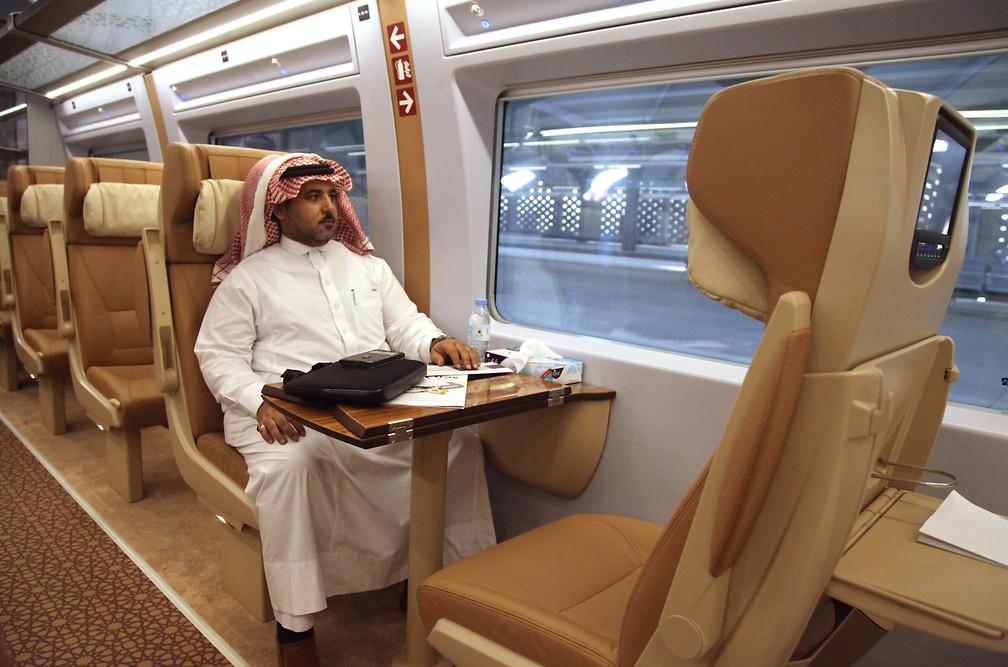 Passageiro do novo trem de alta velocidade entre Meca e medina — Foto: Bandar Al Bandani/AFP
