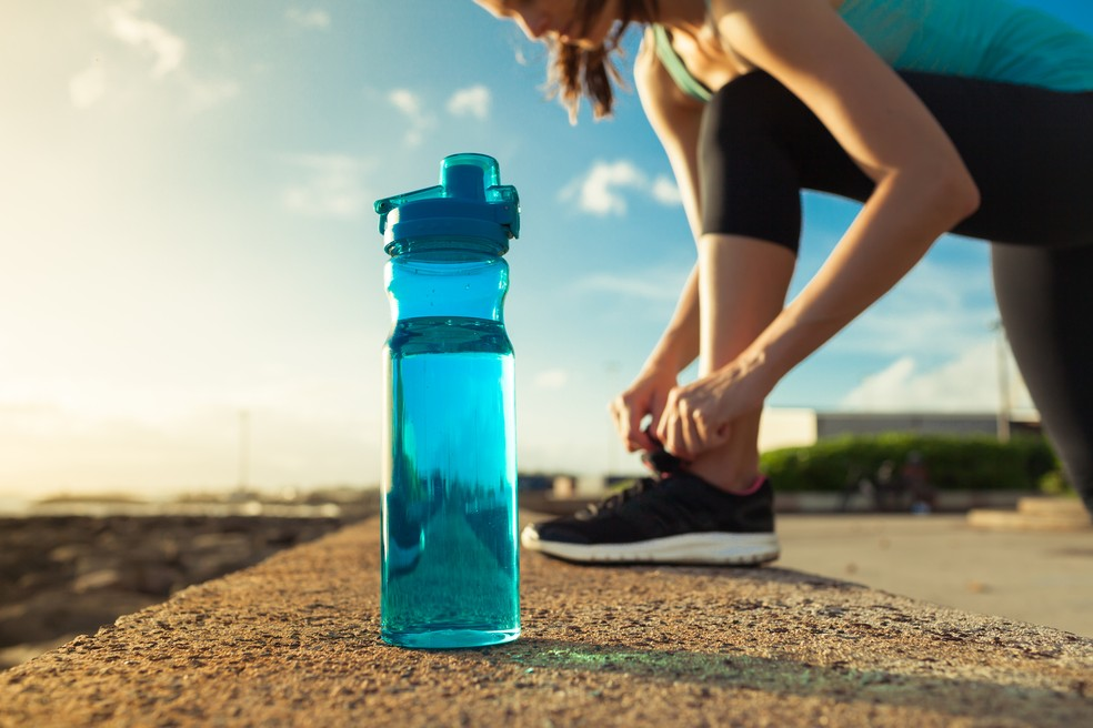 A água desempenha funções essenciais no nosso organismo (Foto: Istock)