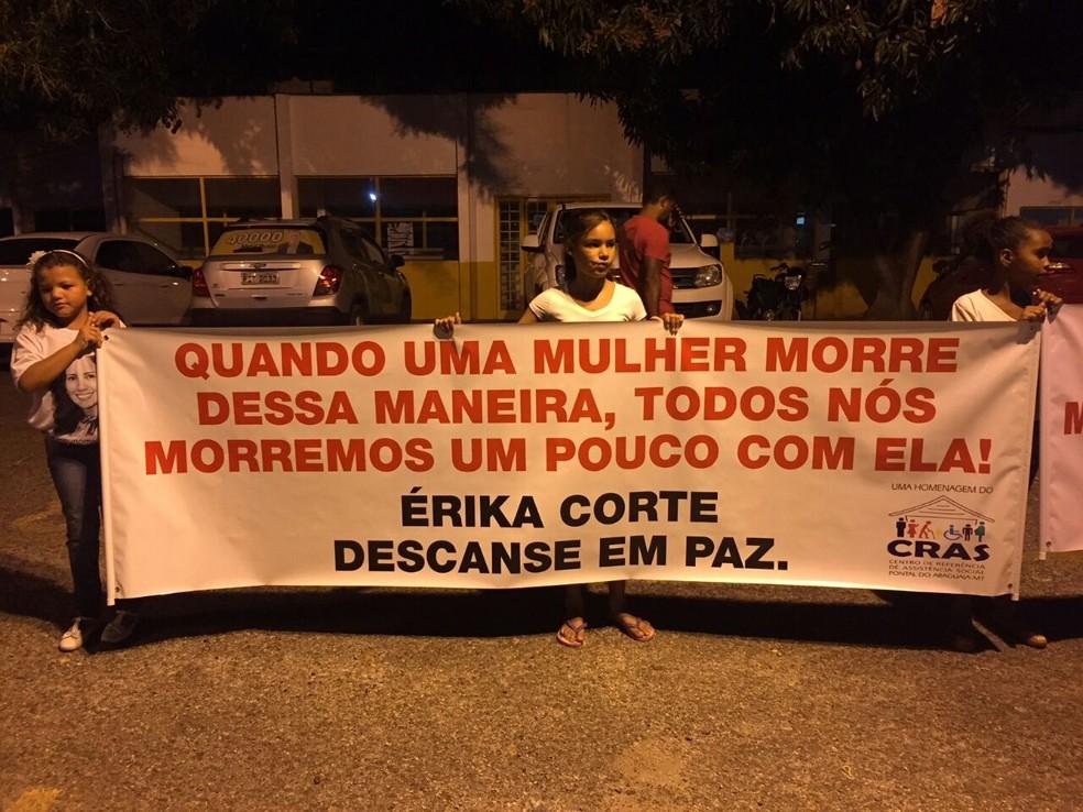 Amigos e familiares também fizeram vigília em Pontal do Araguaia (Foto: Ivan de Jesus/Centro América FM)