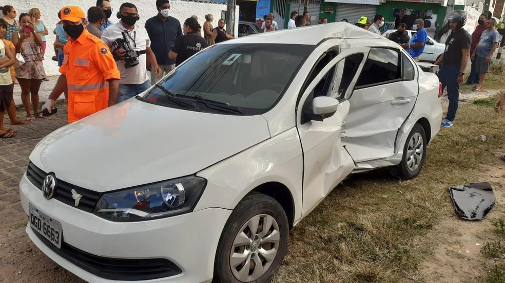 Mulher fica ferida após carro ser atingido por trem em Natal — Foto: Sérgio Henrique Santos/Inter TV Cabugi