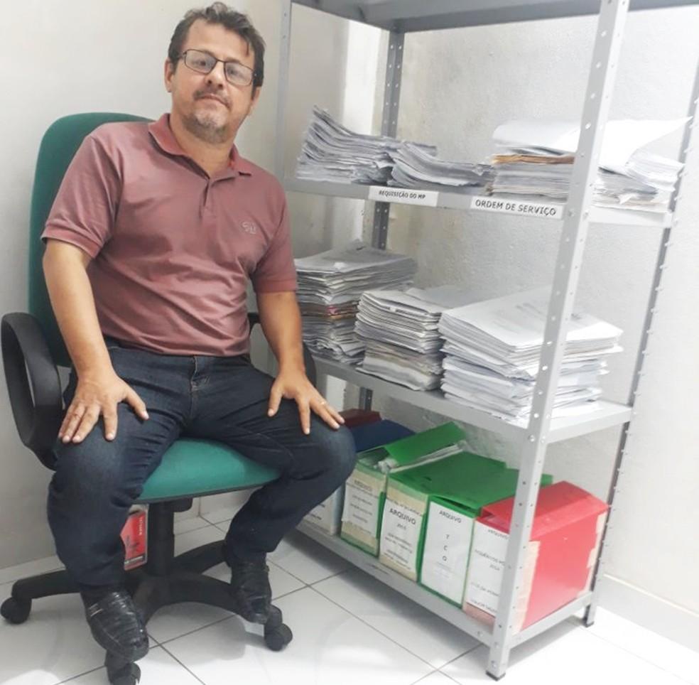 Delegado Inácio Rodrigues mostra pilha de processos de apenas uma das seis delegacias que ele é responsável (Foto: Inácio Rodrigues/cedida/arquivo pessoal)