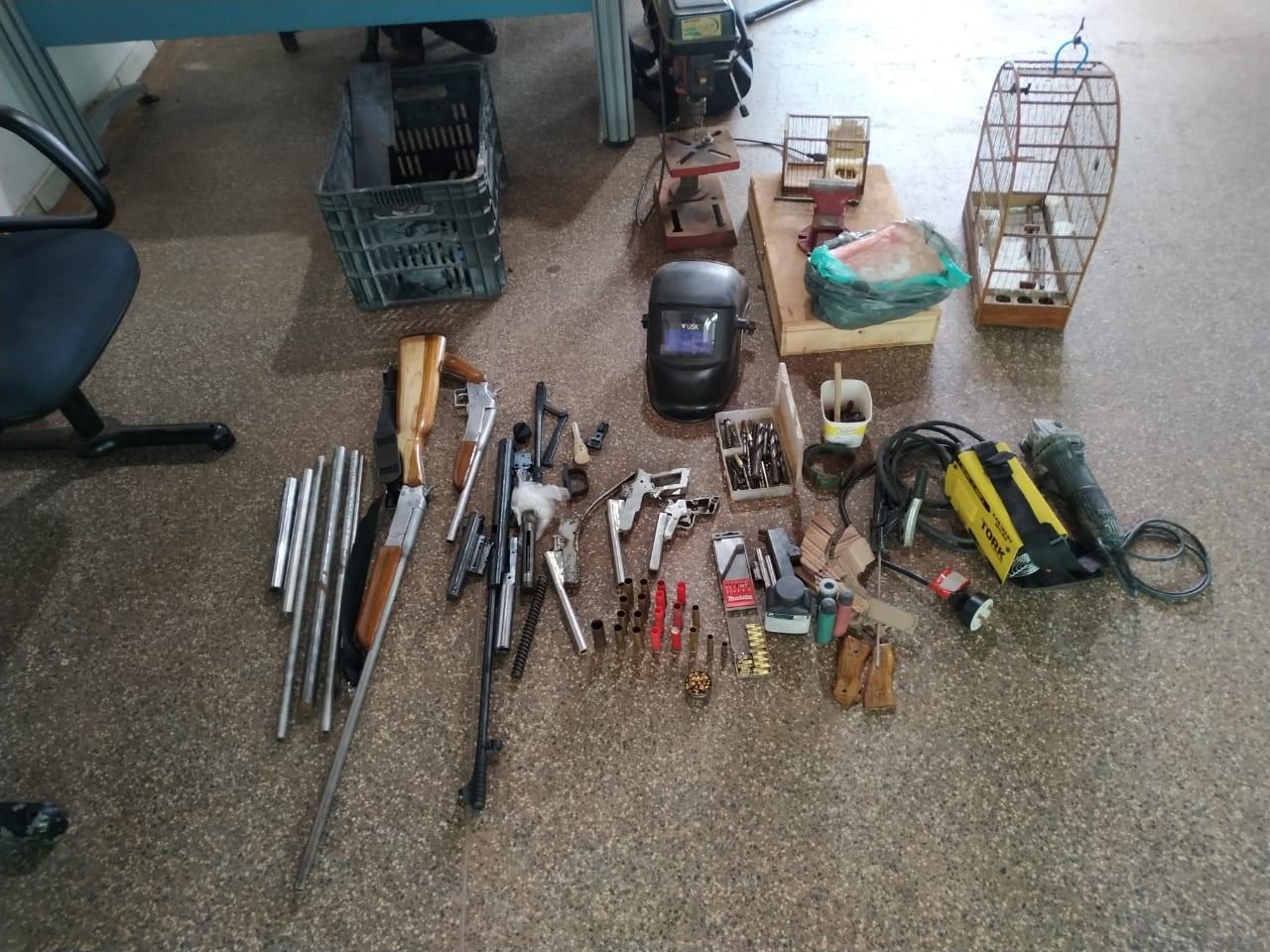 Homem é preso suspeito de fabricar e vender armas pela internet em Cacoal, RO