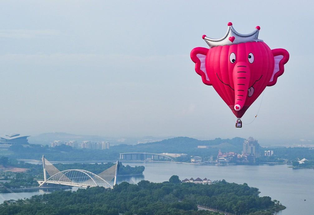 Foto aérea mostra um balão de ar quente sobrevoando Putrajaya, na Malásia, durante o festival internacional de balões de ar quente  — Foto: Mohd Rasfan/AFP