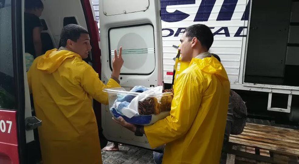 Oito bebês são retirados de maternidade alagada em Cobilândia, Vila Velha — Foto: Reprodução/Twitter