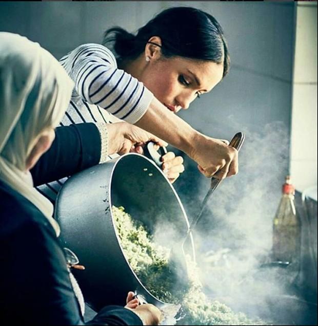 Meghan Markle cozinhando com o grupo Hubb Community Kitchen  (Foto: Instagram/Reprodução)