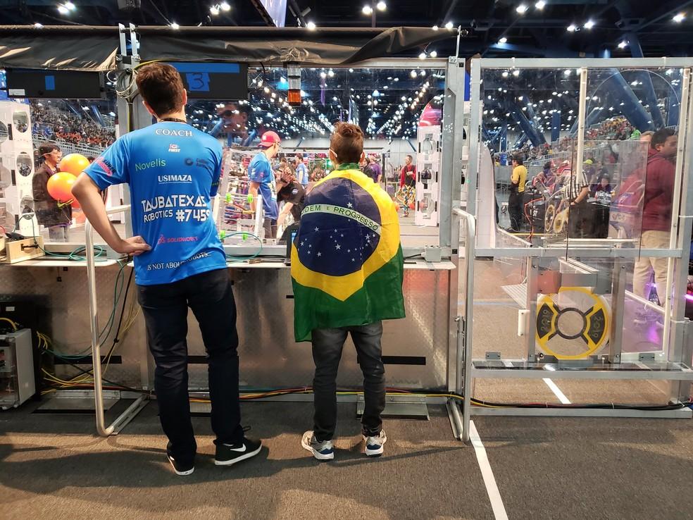 Equipe Taubatexas, de Taubaté, durante a First Robotics Competition, em Houston — Foto: Aerton Guimarães/CNI