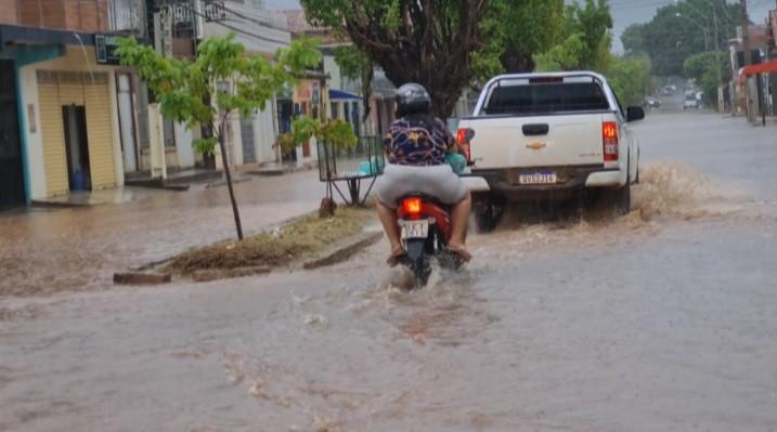 Chuva com ventos fortes causa alagamentos e congestionamentos no trânsito de Marabá, no Pará