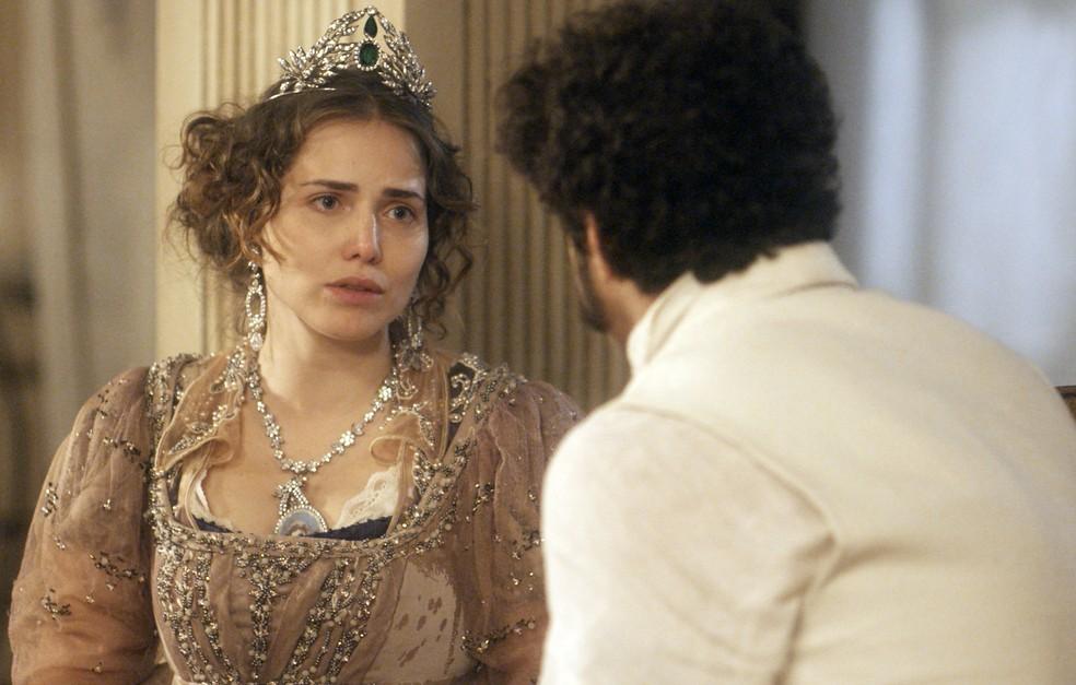 Leopoldina (Letícia Colin) pressiona Dom Pedro (Caio Castro) sobre ele ter estado com Domitila (Agatha Moreira), em 'Novo Mundo' — Foto: TV Globo
