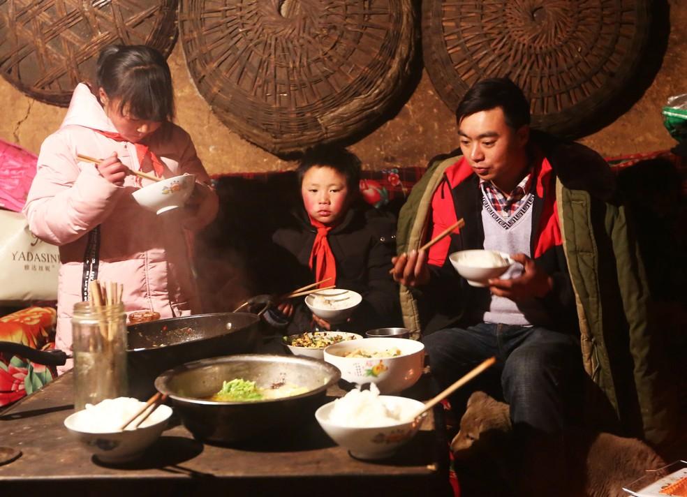 O chinês Wang Fuman com sua família em Ludian, na China (Foto: AFP)