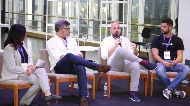 A jornalista stela campos media o debate entre Conrado Schloachauer, Leandro Herrera e Hugo Silveira no FICE 2018  (Foto: Lincon Justo)