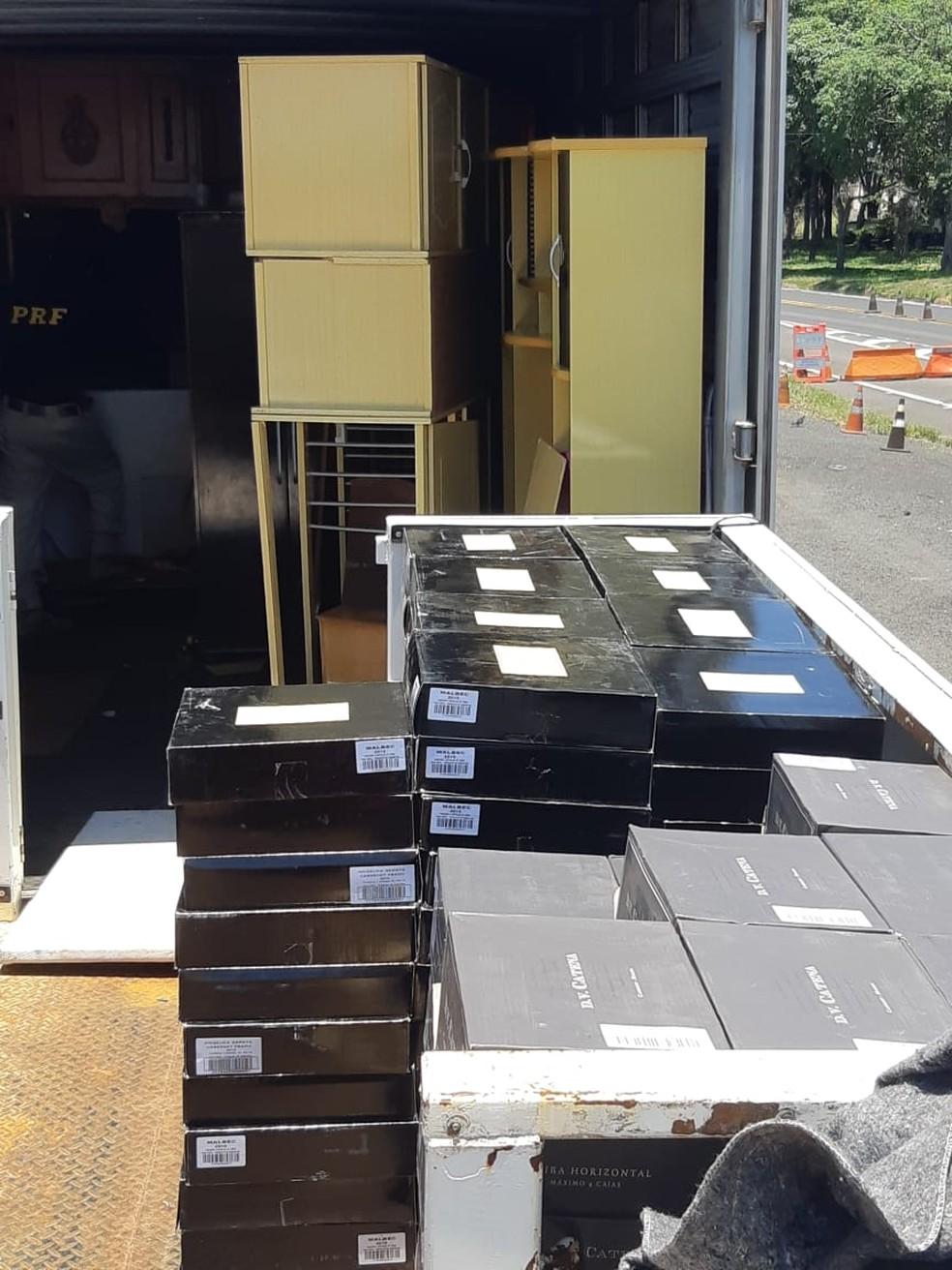 Segundo a PRF, caminhão-baú transportava cerca de 2,3 mil garrafas de vinho — Foto: Polícia Rodoviária Federal/Divulgação