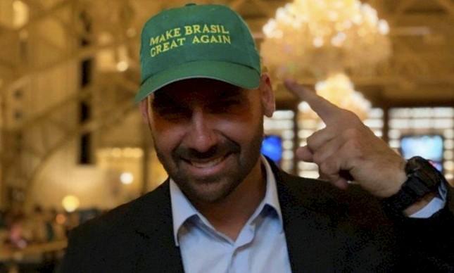 """Eduardo Bolsonaro em Washington com boné no qual se lê """"Fazer o Brasil grande de novo"""", em menção ao slogan de campanha de Donald Trump"""