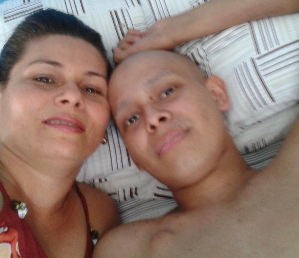 Mãe foi doadora de medula nos dois procedimentos que Joilson enfrentou na batalha contra a Leucemia (Foto: Arquivo pessoal)