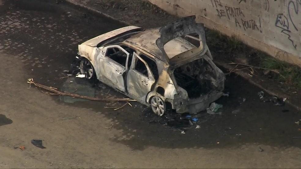 Corpos carbonizados são encontrados dentro de veículo incendiado na Avenida Brasil — Foto: Reprodução / TV Globo