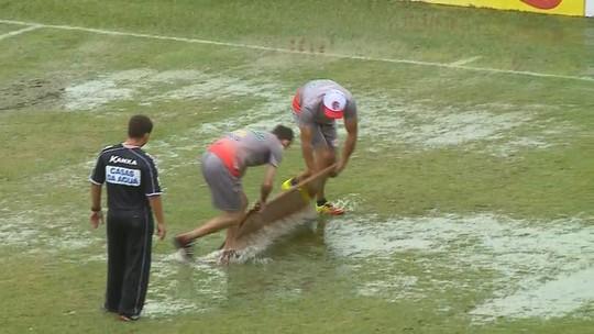 Chuva deixa gramado encharcado, e porta é utilizada para retirar água antes de jogo do Catarinense