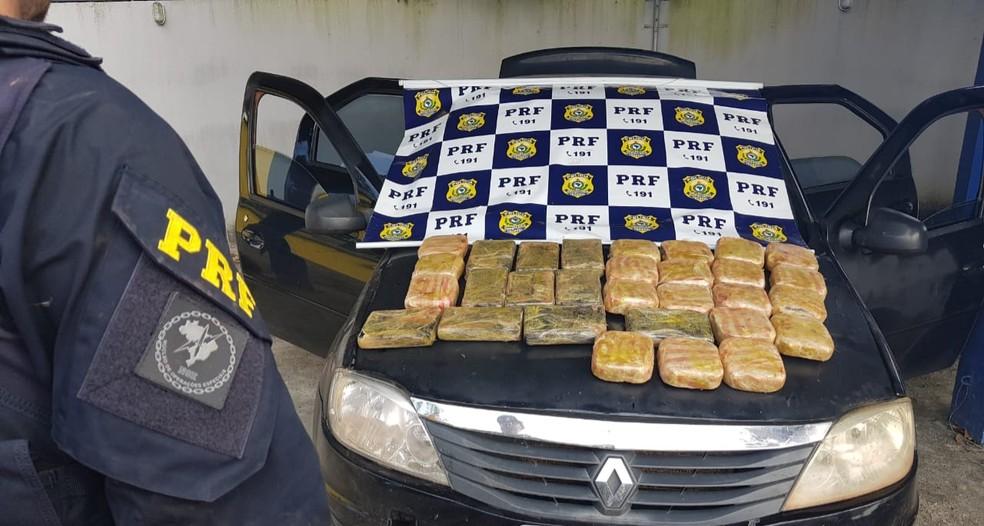 Material estava sendo transportado em 30 tabletes, escondidos dentro de um carro. — Foto: PRF/Divulgação