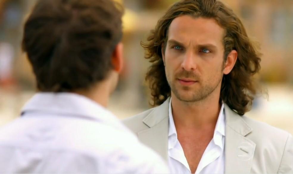 Alberto (Igor Rickli) arma contra Cassiano (Henri Casteli) para afastá-lo de Ester, em 'Flor do Caribe' — Foto: Globo