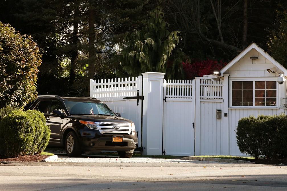 Carro deixa residência do casal Bill e Hillary Clinton em Chappaqua, Nova York, nos Estados Unidos, nesta quarta-feira (24) — Foto: Mike Segar/ Reuters