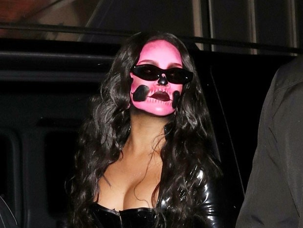 Rihanna aposta em look sexy para festa de Halloween (Foto: Backgrid)