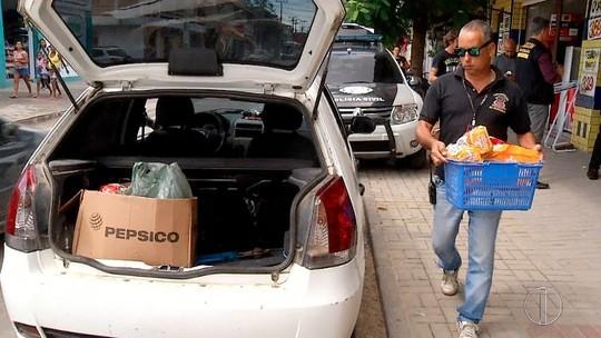Procon fiscaliza estabelecimentos e interdita um mercado em Arraial do Cabo, no RJ