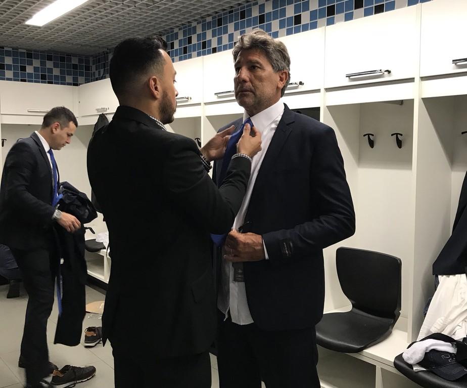 Terno, gravata e sonho do bi: Grêmio embarca para o Mundial nesta quarta