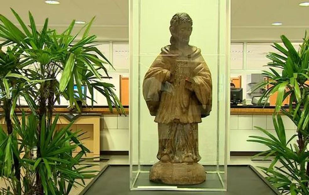 Estátua de madeira foi restaurada pelo Iphan e devolvida à cidade de onde foi roubada (Foto: Reprodução/RBS TV)