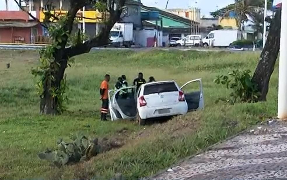Carro foi parar em área de gramado, às margens da pista — Foto: Reprodução/TV Bahia