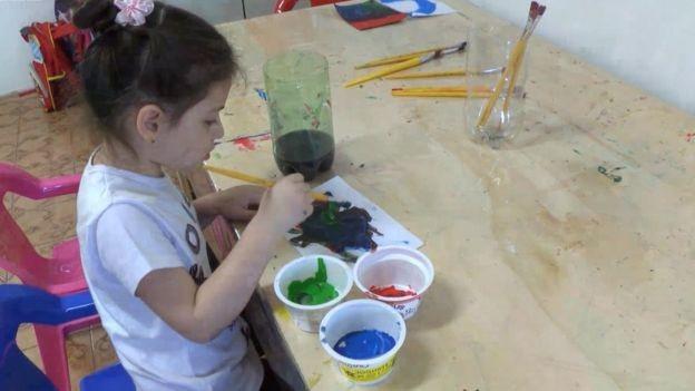 Criança brincando no Cantinho do Brincar; profissionalização dos cuidados infantis é tema de debate no mundo inteiro (Foto: ARQUIVO PESSOAL/ via BBC)