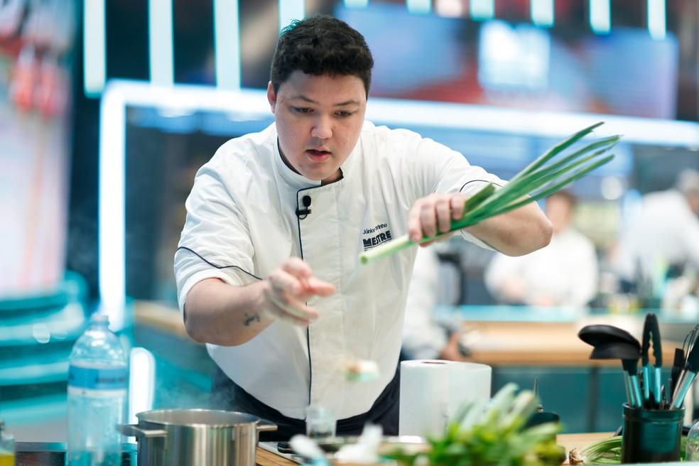 Júnior Marinho nunca tinha feito socarrat, seu prato na fase Na Peneira do Mestre do Sabor — Foto: Globo/Samuel Kobayashi