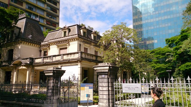 Casa das Rosas, a cultural and literary center at Paulista Avenue in Sao Paulo, Brazil with modern buildings around. (Foto: Getty Images)