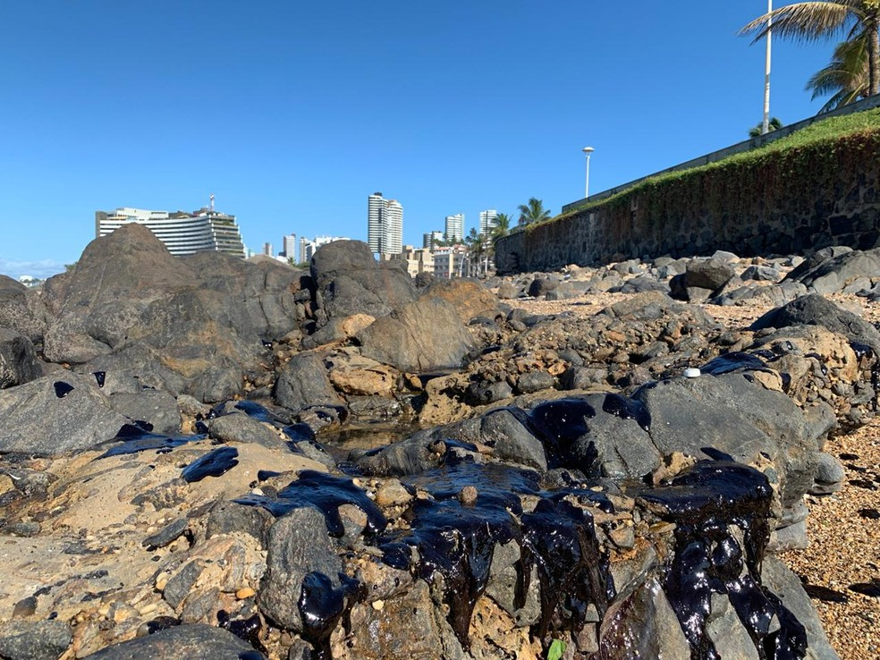 Manchas de óleo chegaram à praia de Ondina, em Salvador — Foto: Rafael Alves/TV Bahia