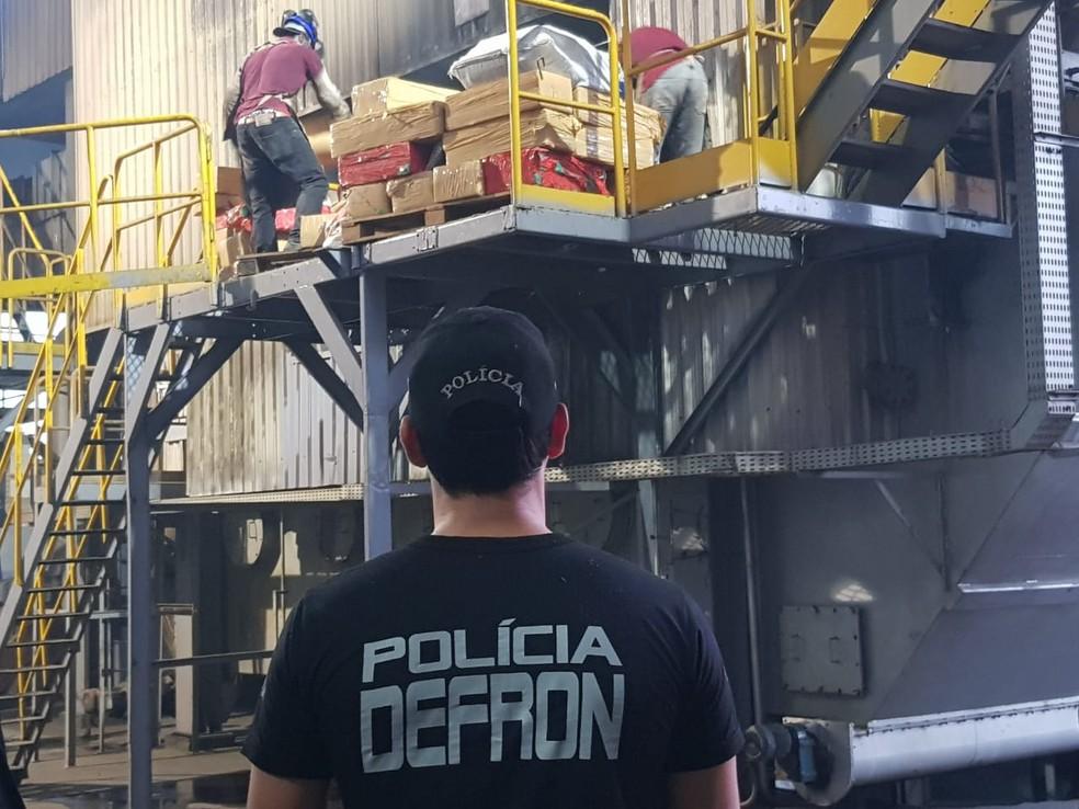 Fardos de drogas são jogados nos fornos da farinheira — Foto: Defron/Divulgação