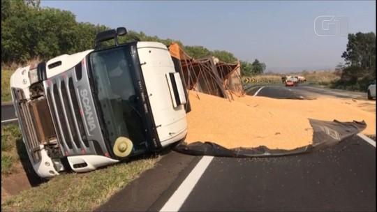 Caminhão carregado de milho tomba e espalha carga por rodovia de Gália