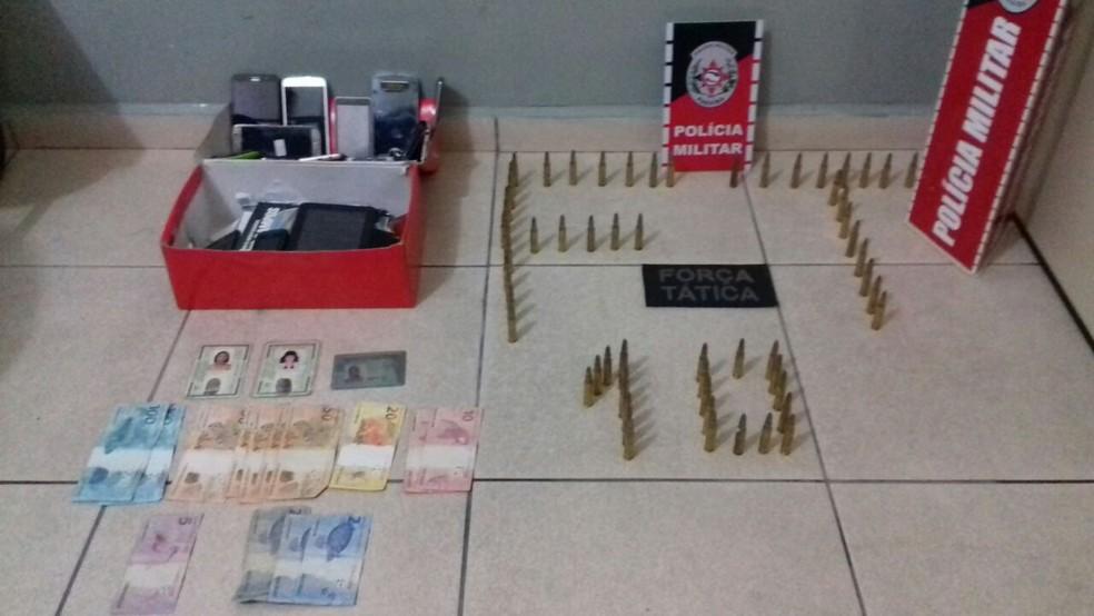 Objetos encontrados com as duas mulheres presas pela polícia no bairro da Liberdade, em Campina Grande (Foto: Polícia Militar/Divulgação)