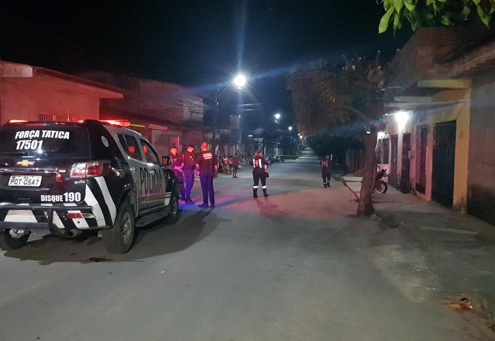 Comerciante é morto a tiros em frente ao próprio estabelecimento no bairro Siqueira. — Foto: Rafaela Duarte/ SVM
