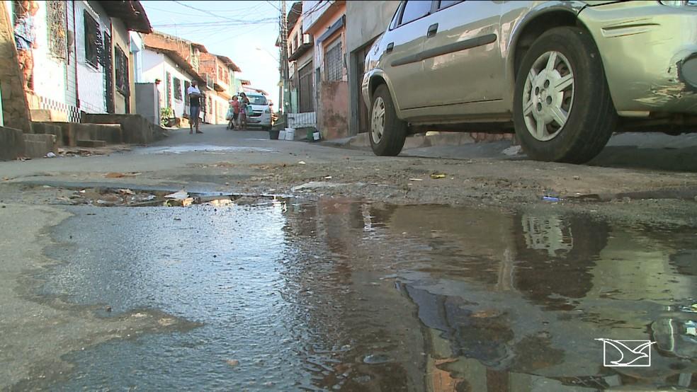 Em um  dos pontos do bairro Santa Cruz a água que todos querem é desperdiçada por conta de um vazamento.  (Foto: Reprodução/TV Mirante)