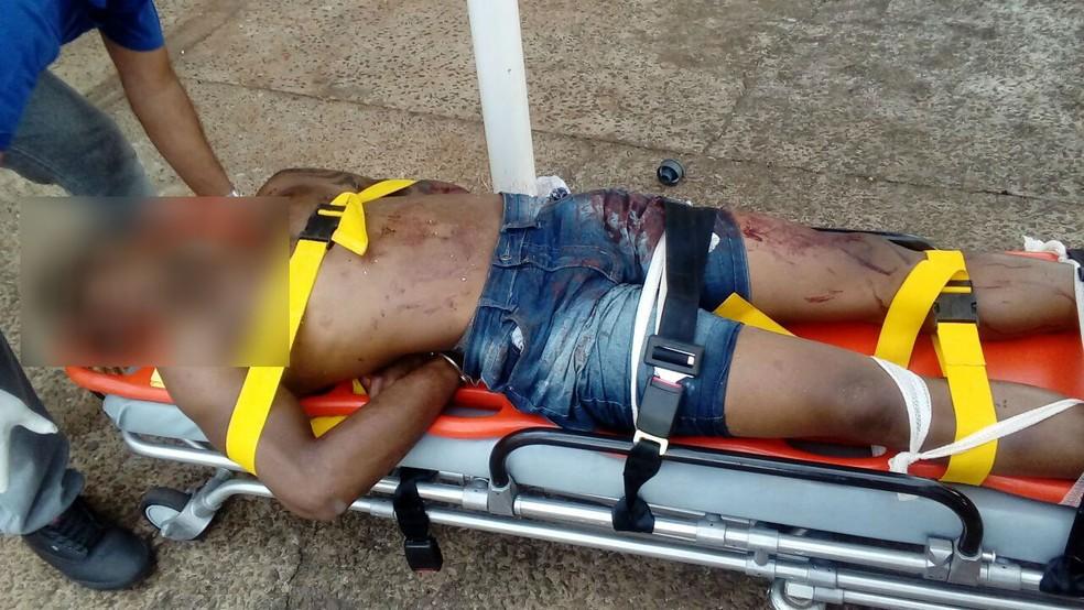 Homem foi imobilizado e levado para o pronto-socorro de São Manuel (SP) (Foto: Arquivo Pessoal)