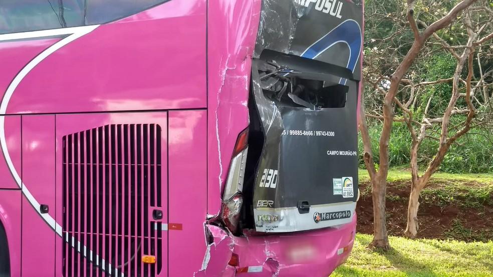 Três ônibus que viajavam para São Paulo bateram na PR-323 — Foto: Victor Hugo Bittencourt/RPC